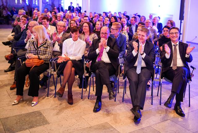 Klaus H. Kober neben Thomas Ballast, Vorstand der TK, auf der Verabschiedung von Dr. Volker Leienbach 2019
